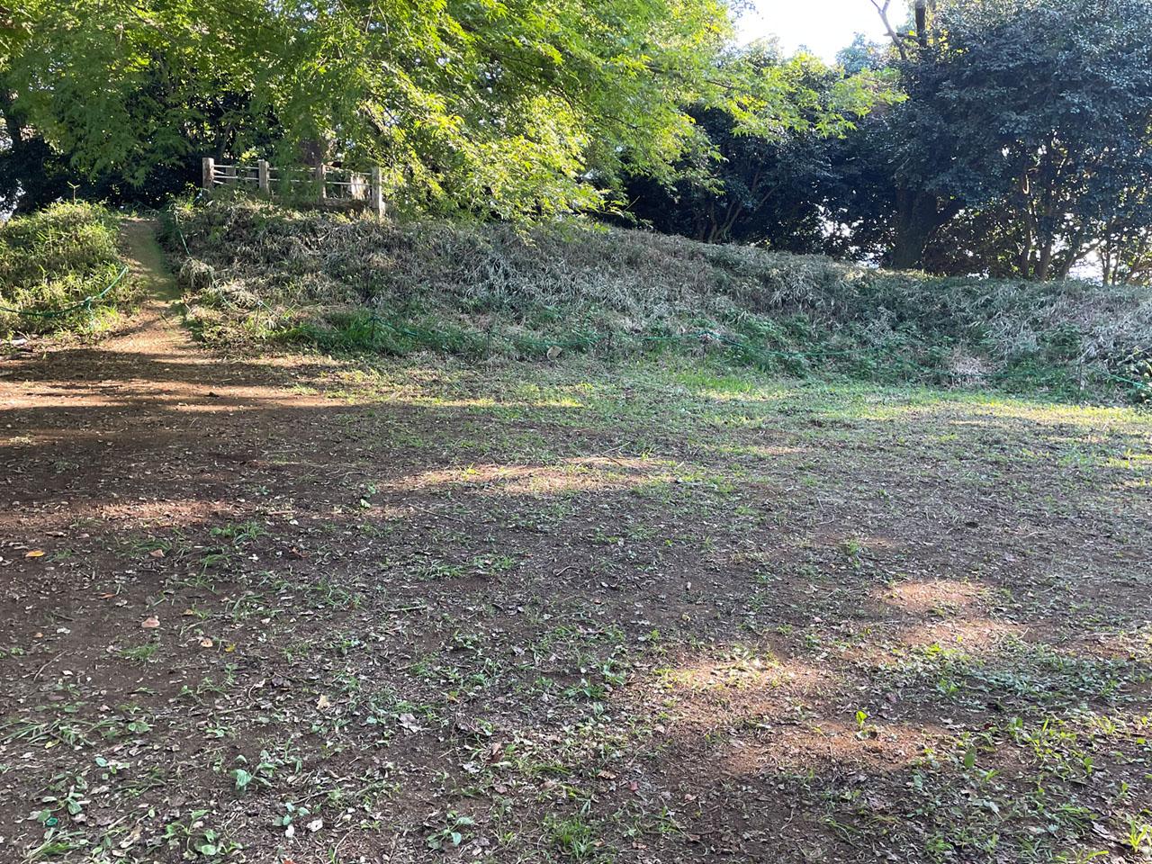 津久井城の山頂の本城曲輪の遺構
